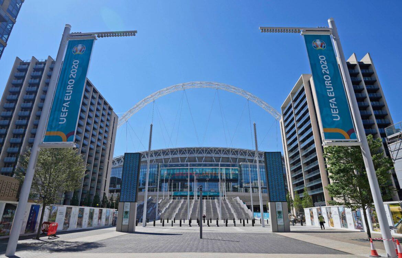 Zuschauer stürzt von Tribüne im Wembley-Stadion