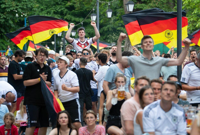 Feucht-fröhlicher, aber ruhiger Fußball-Abend in Bayern