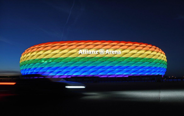 FCBayern beleuchtet Münchner Arena in Regenbogenfarben