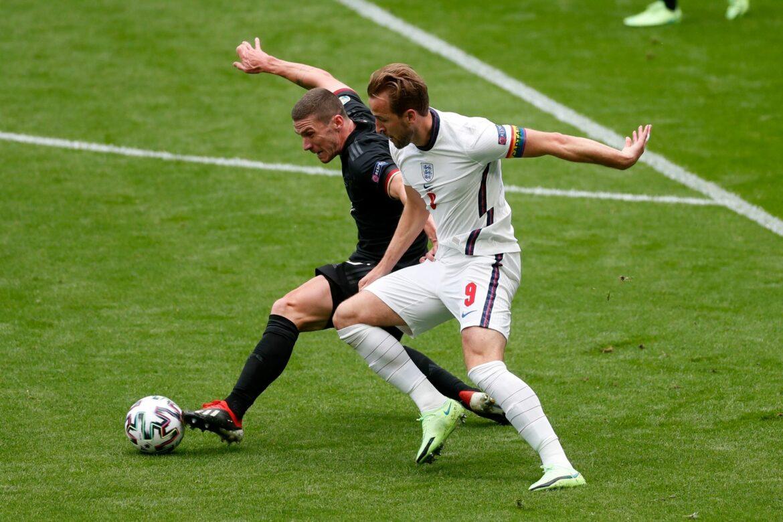 Nationalspieler Gosens versteigert Fußballschuhe und Trikots