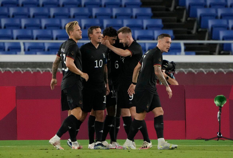 Medaillentraum lebt noch: Erster Sieg für DFB-Fußballer