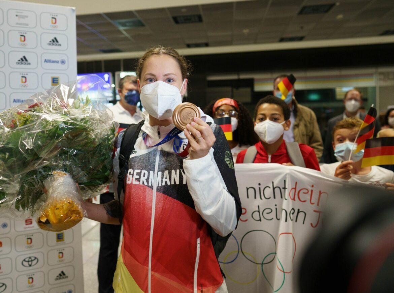 Bronze-Schwimmerin Köhler erhält von PapaGoldmedaille