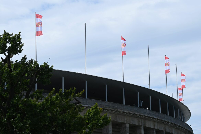 Rote Fahnen am Olympiastadion: Union feiert den Machtwechsel
