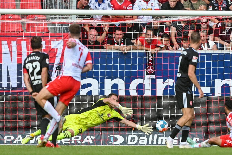 Remis im Bayern-Derby:Regensburg bleibt Spitzenreiter