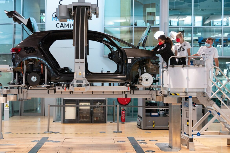 Nationalspielerinnen schrauben bei Autoproduktion