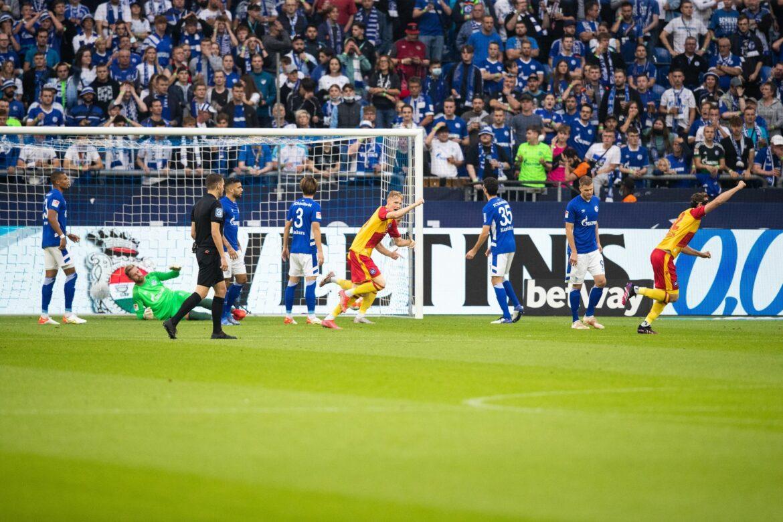 Schalke verliert nach Fährmann-Patzer gegen KSC